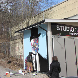 Shai Dahan painting outside Studio 3 i Subtopia. Photo Elin Borrie
