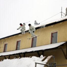 Skidor från taket på events